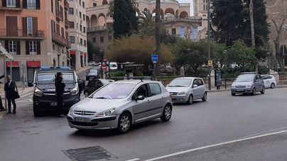 Marcha lenta de coches en el centro de Palma para protestar contra los cambios en la EMT