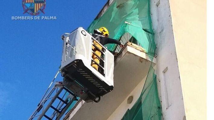 Unos cascotes procedentes de un edificio abandonado causan daños a un vehículo en s'Arenal