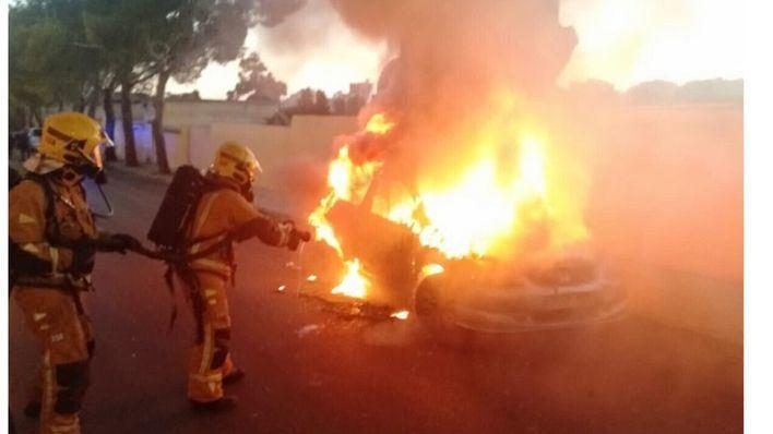 Un incendio calcina un vehículo estacionado junto al polideportivo de Sant Ferran
