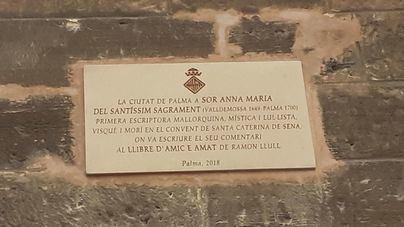 Cort recuerda a la escritora Anna Maria del Santíssim Sagrament con una placa