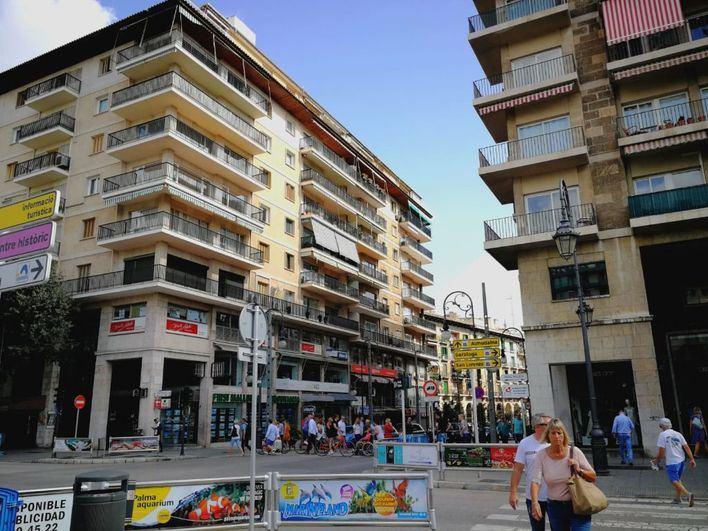 España sale al balcón a aplaudir a sus sanitarios por su lucha contra el coronavirus