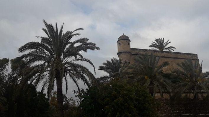 Nubes y precipitaciones dispersas con barro en Baleares