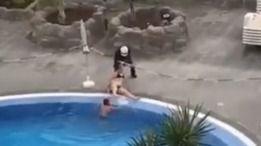 Detenida una turista por darse un baño en la piscina y obligar a un policía a sacarla