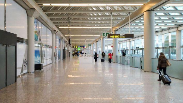 El Gobierno apunta al cierre de las fronteras aéreas y marítimas para frenar el coronavirus