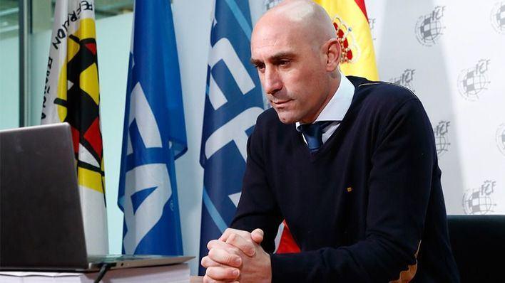 Rubiales entrega un cheque de 4 millones de euros a los clubes de Segunda B y Tercera