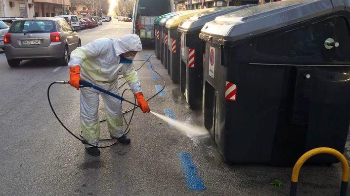 Emaya a manguerazo limpio: 2.000 litros diarios de agua para desinfectar Palma
