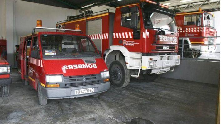 Un fuego quema seis vehículos estacionados en la vía pública en Ibiza