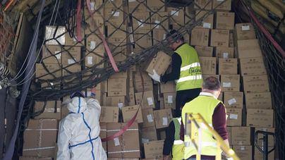 Llega más material sanitario a Baleares: un millón de guantes y 30.000 trajes