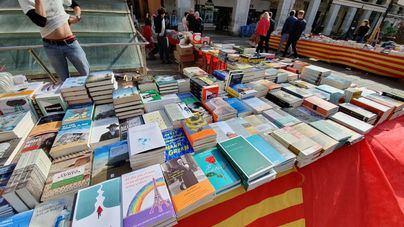 Voluntarios de la Caixa donan libros para niños en riesgo de exclusión