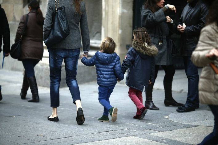 Los encuestados, a favor de que los niños salgan a la calle acompañados por un progenitor