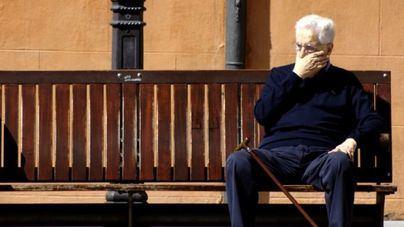 Asuntos Sociales contacta por teléfono con miles de ancianos para supervisar su situación y salud