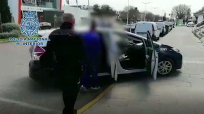 Pillan a una pareja vendiendo drogas con un coche de empresa y acompañados de su bebé