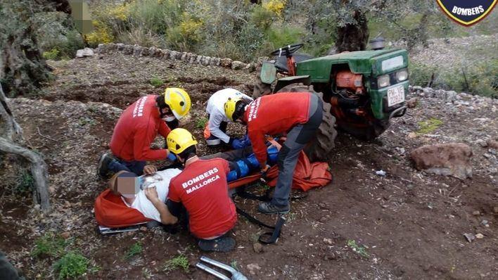 Sufre la rotura de un pie mientras araba con su tractor en Sóller
