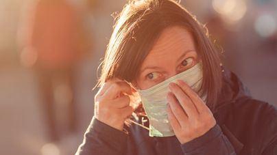 Estudian un brazalete que vibra al tocarnos la cara contra el coronavirus