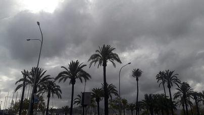 Nubes, brumas, niebla y precipitaciones débiles y dispersas con barro