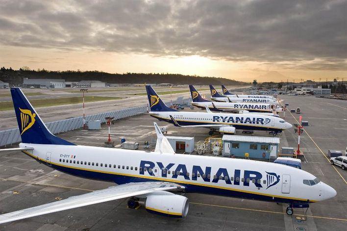Ryanair se niega a volar si le obligan a tener los asientos centrales vacíos