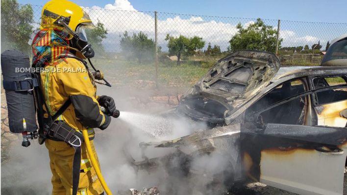 Un coche es pasto de las llamas en la carretera de Valldemossa