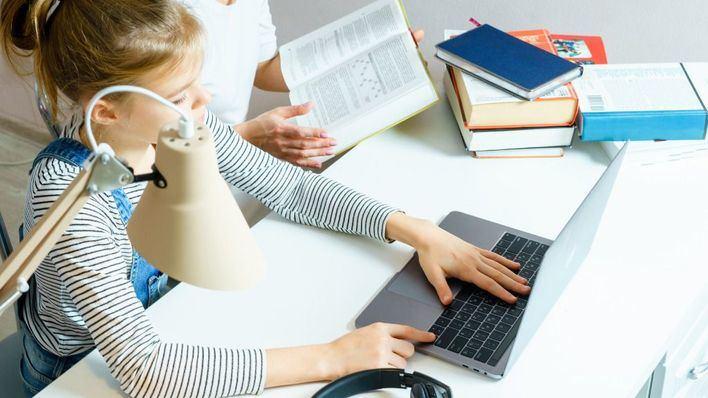 Educació facilitará tarjetas de datos a los alumnos con problemas de internet