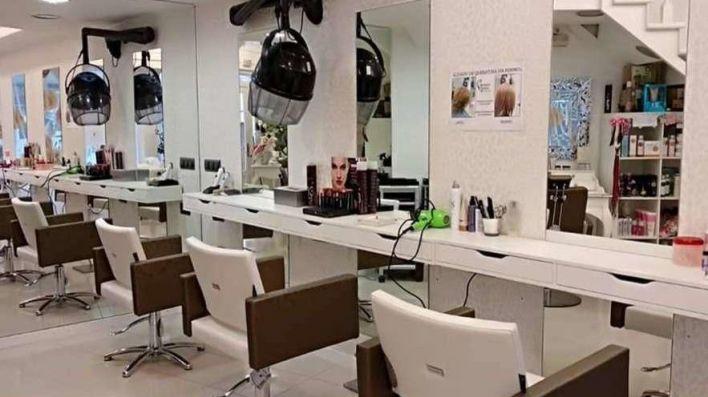 Sin revistas, cambio de ropa, toallas desechables: las peluquerías reabren extremando la seguridad