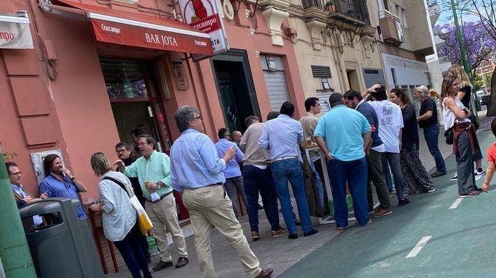 Multa de 250 euros a los clientes de un bar en Sevilla por no respetar la distancia de seguridad