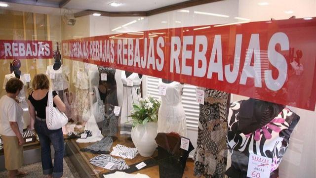 El Ministerio dice ahora que sólo prohíbe las aglomeraciones, no las rebajas en tiendas
