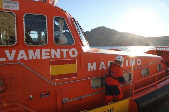 Rescatan a dos personas y un perro al naufragar un velero en Cap Blanc