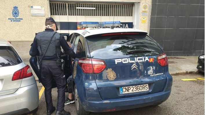 Un hombre agrede a su mujer y se encara con la policía con un cuchillo en Son Roca