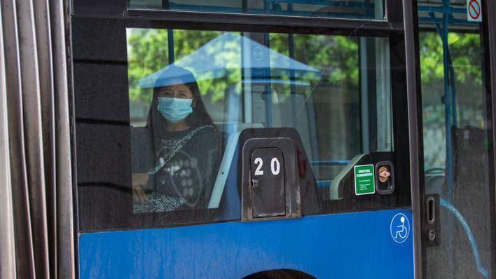 Lo que no debe tocarse para evitar contagios en ascensores, transporte público o despachos