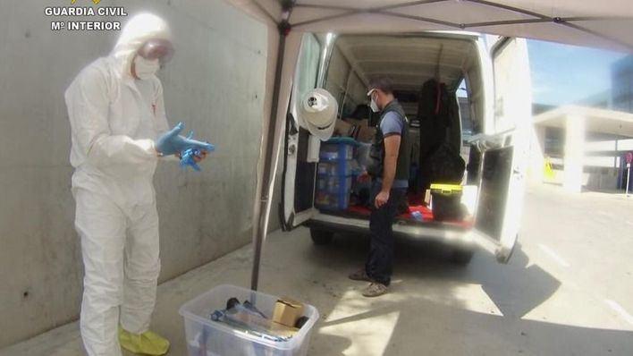 Especialistas de la Guardia Civil desinfectan el hospital de Can Misses de Ibiza