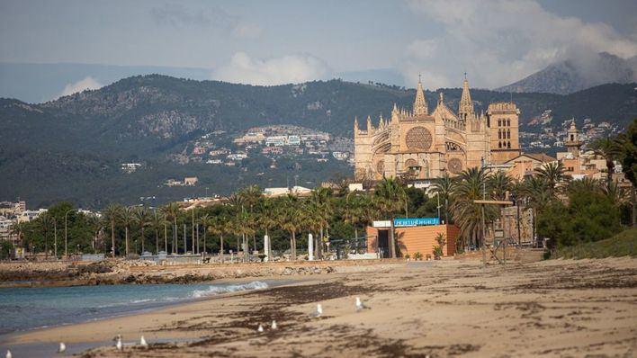 Escasa afluencia a las playas de Palma en el primer día de apertura al baño
