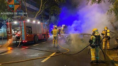 Arden tres vehículos en Palma tras el impacto de uno contra los otros dos
