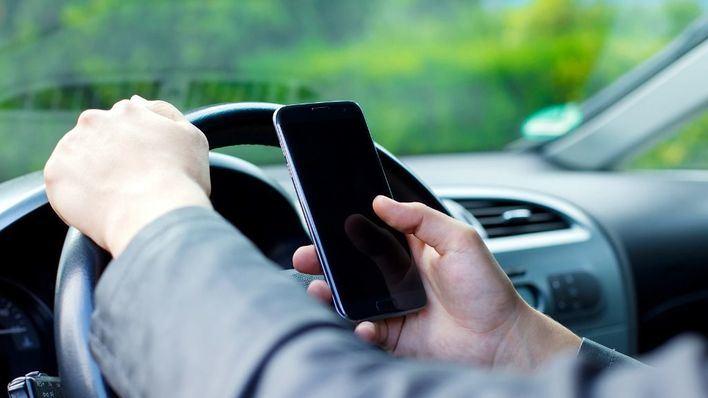 'Si whatsapeas, no conduzcas': la DGT refuerza la vigilancia para evitar el móvil al volante