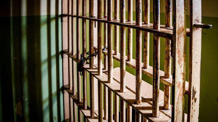 El anciano de 92 años que intentó lanzar por el balcón a su mujer seguirá en prisión