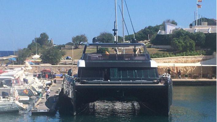 Así fue la llegada del nuevo catamarán de Rafa Nadal al Club Náutico de Porto Cristo