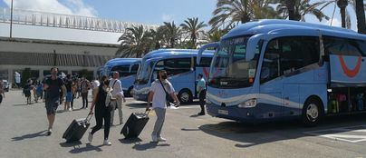 Aplausos para los primeros turistas del plan piloto a su llegada a los hoteles