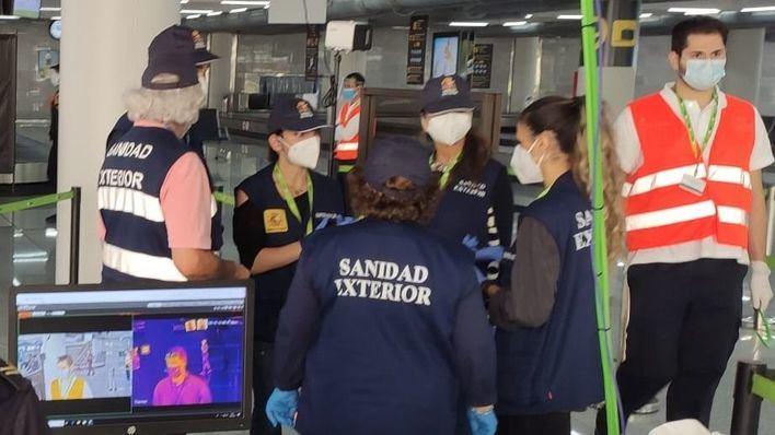 Los aeropuertos instalan cámaras ocultas que miden la temperatura de los pasajeros