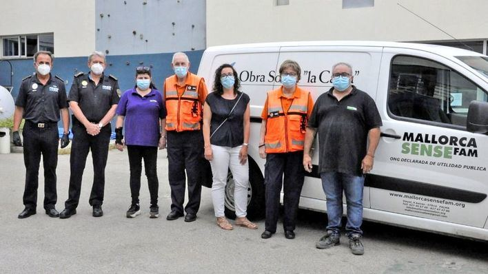 La Policía Local y Protección Civil entregan alimentos a Mallorca Sense Fam