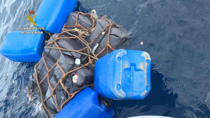 Hallan 145 kilos de cocaína sujetos a una estructura flotante entre Ibiza y Formentera