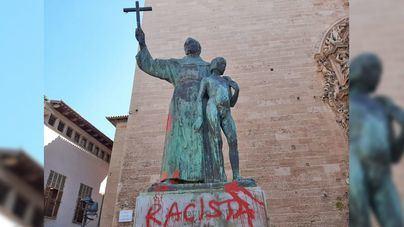 Palma: Pintadas de 'racista' en la estatua de Junípero Serra horas después de que Sonia Vivas pidiera retirarla