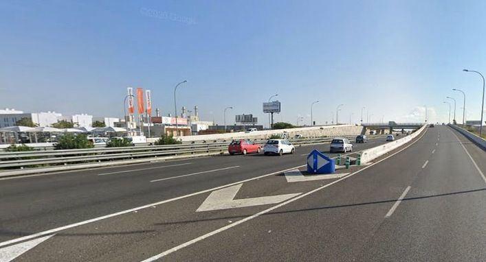 Grandes retenciones de tráfico por un incendio en la mediana de la autopista de Llucmajor