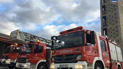 Los bomberos controlan un incendio agrícola en una finca de Binissalem