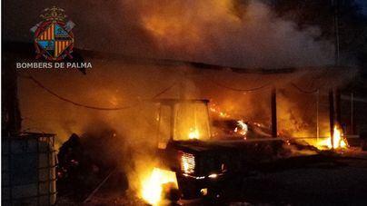 Un voraz incendio causa importantes daños en un club hípico de Son Sardina