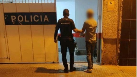 Arrestado tras proferir insultos racistas a 4 mujeres y negarse a compartir terraza con ellas