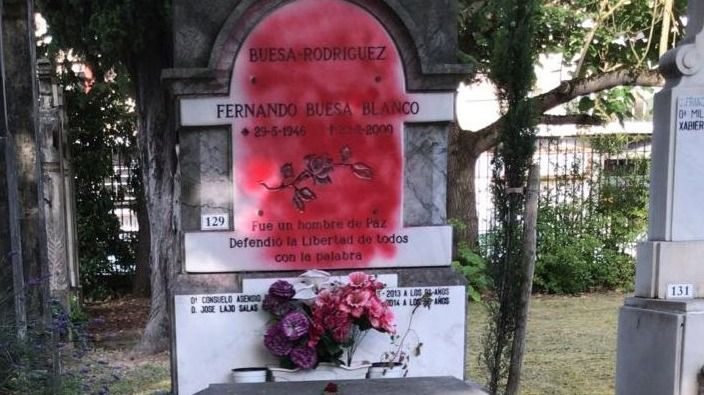 Atacan con pintura roja la tumba de Fernando Buesa