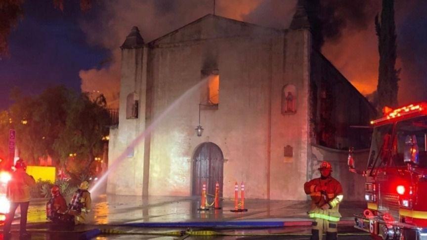 Arde la iglesia de la misión de San Gabriel, fundada por Junípero Serra