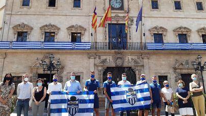 La fachada de Cort ya es blanquiazul: Palma apoya la ilusión por el ascenso del Atlético Baleares