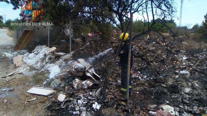 Un fuego localizado en un vertedero de Son Reus afecta a una superficie de 10.000 metros cuadrados