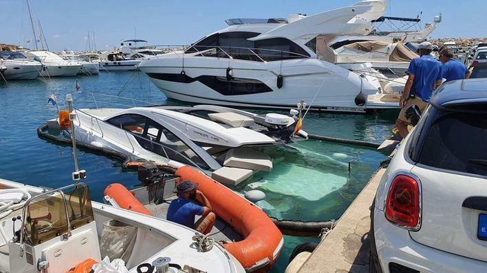 Puerto Portals se moviliza para impedir el hundimiento de una embarcación a motor