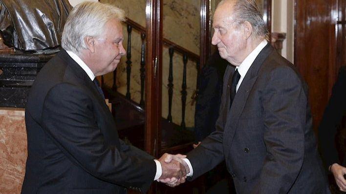 González sale en defensa del Rey emérito