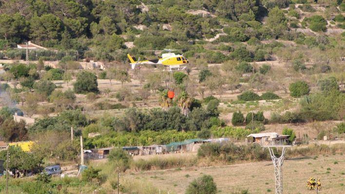Los medios aéreos actúan en un incendio que ha afectado a unos terrenos agrícolas de sa Cabaneta